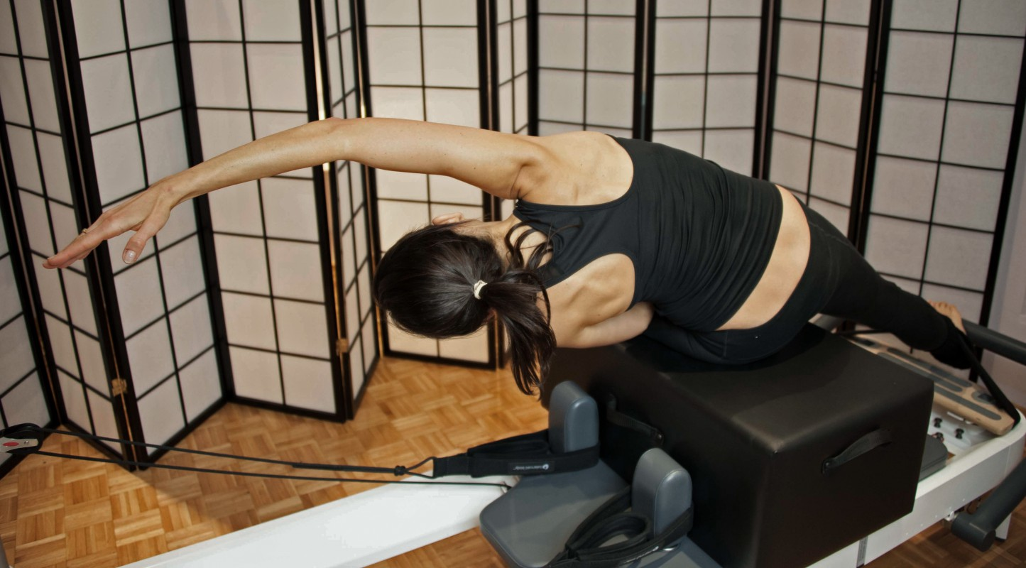 1_Reformer Side Bend Reach Back